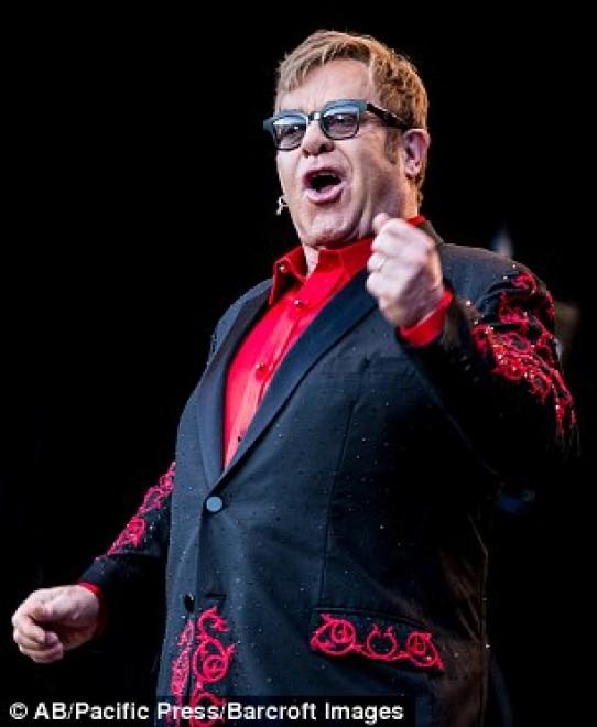 Szexuális zaklatással is vádolta a volt fodrásza Elton Johnt!