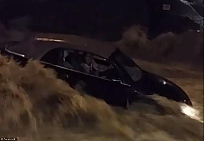 Az árvíz miatt autójában rekedt nő életét hihetetlen összefogással mentették meg