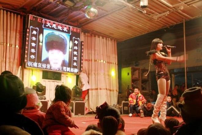 Bizarr temetések Kínában és sztriptíz táncosok a szertartáson - VIDEÓ