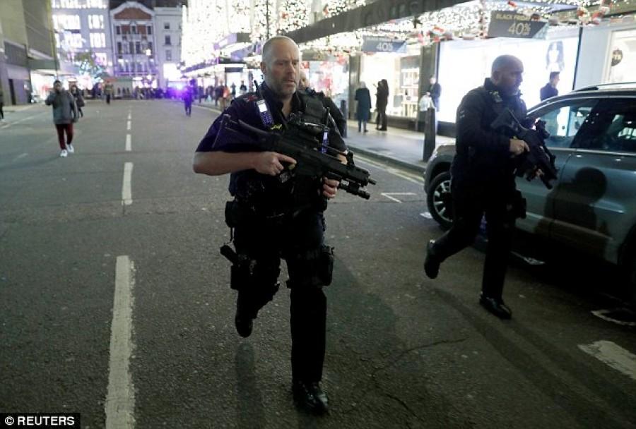 Pánik és menekülés - Fekete Pénteken a londoni bevásárlóutcában!