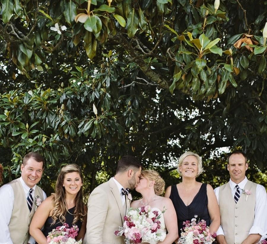 A menyasszony megcsókolja a vőlegényt, de a képen nem ez a legérdekesebb!