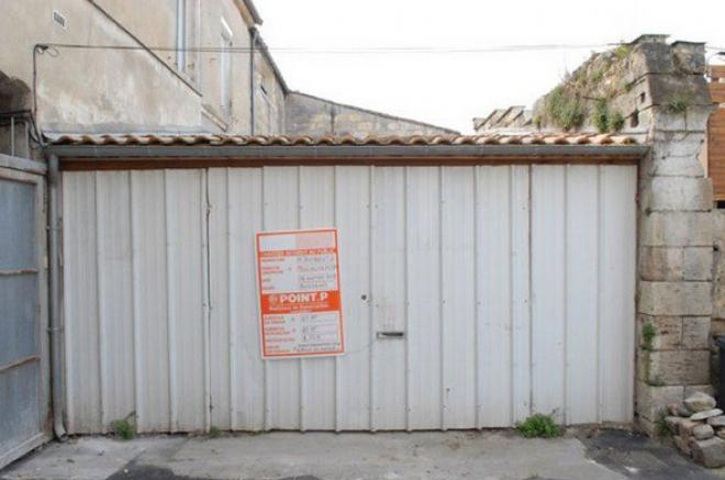 Nem volt lakásra pénze, így csak egy garázst tudott venni...